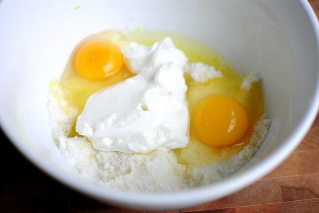 Làm mặt nạ trứng gà và sữa chua cải thiện sắc tố da