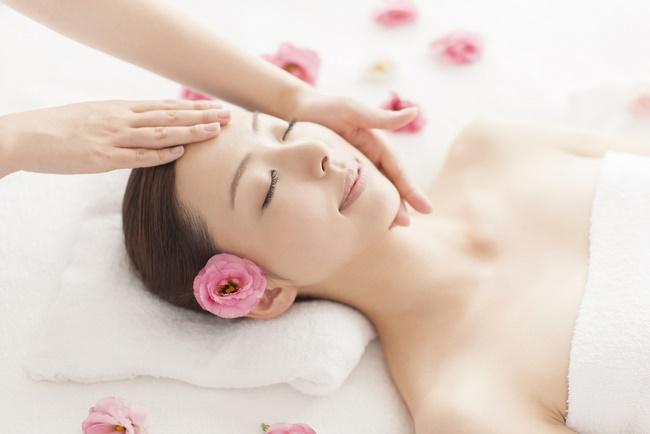 Lão hóa ngược nhờ động tác Massage cho da mặt giúp nâng cơ ngăn chặn tình trạng chảy xệ