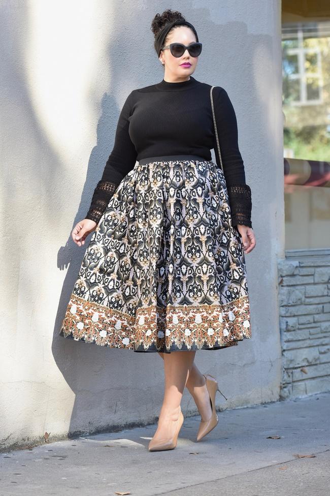 Màu sắc cũng rất quan trọng khi chọn váy cho người thấp và chân to giúp bạn khéo che đi khuyết điểm cơ thể