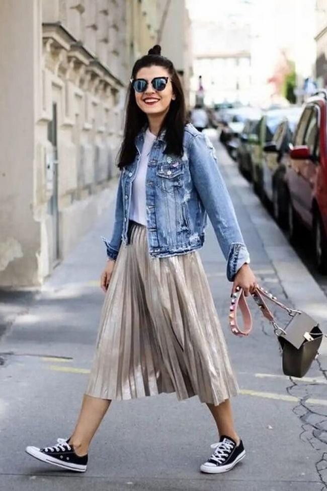 Mix áo denim với chân váy xếp ly dáng dài tạo nét cá cá tính, năng động