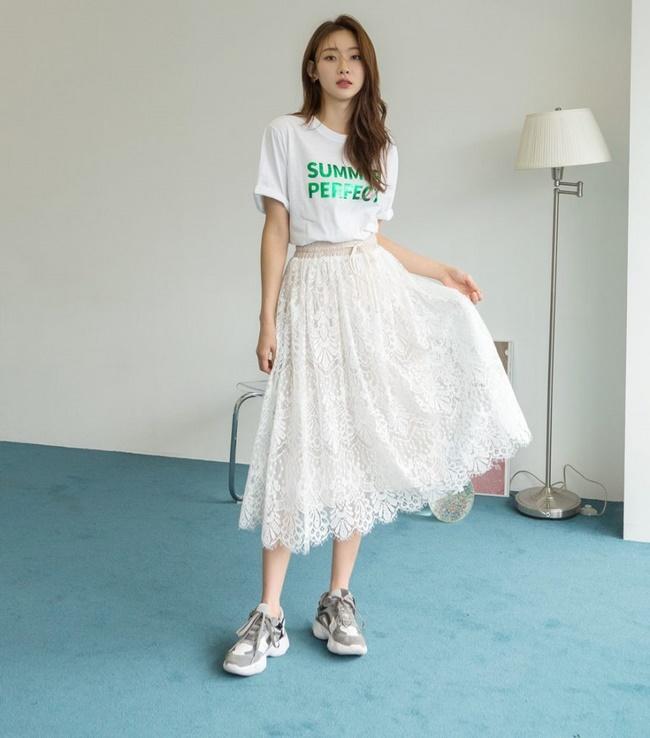 Mix chân váy công chúa với áo thun ôm tạo sự hài hòa và bắt mắt