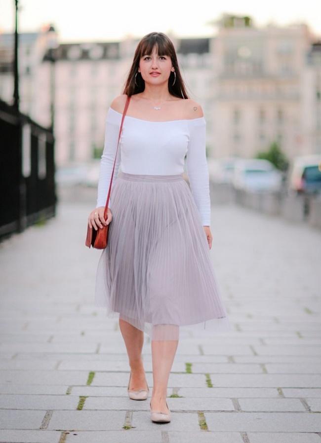Mix chân váy xếp ly dáng ngắn với áo trễ vai
