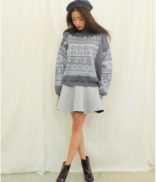 Phối với áo len overside tạo sự dễ thương và kín đáo