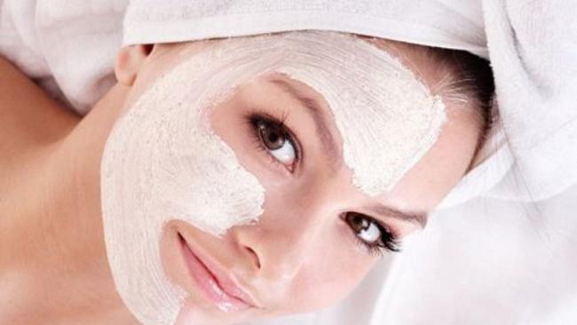 Nên đắp mặt nạ vào buổi tối trước khi đi ngủ giúp phục hồi làn da