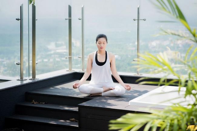 Bài tập yoga giảm mỡ bụng tại nhà với động tác ngồi thiền giúp thư giãn và tăng cường sức khỏe, cho tinh thần thoải mái
