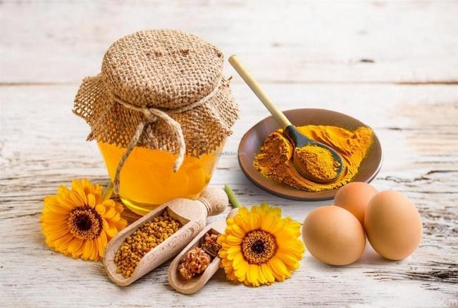Pha mật ong với tinh bột nghệ