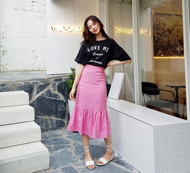 Phối chân váy với áo phông đơn giản