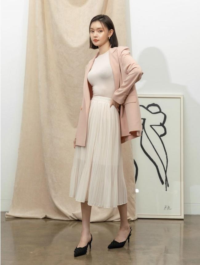 Phối chân váy midi với áo len basic đơn giản và lịch sự