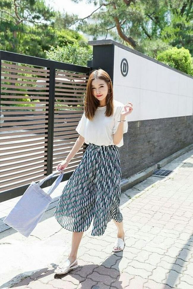 Set đồ áo phông với chân váy midi luôn mang sự trẻ trung và năng động