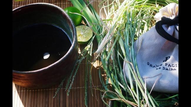 Tắm nước cỏ mần trầu trị mụn