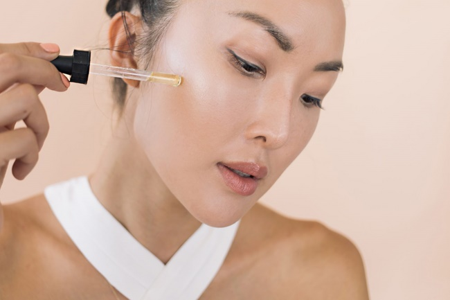Thoa vitamin E trực tiếp lên mặt giúp làm mờ vết thâm cho làn da khỏe mạnh