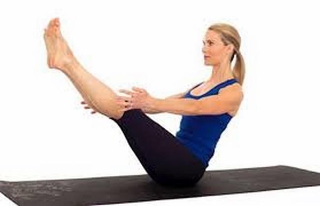 Tư thế con thuyền là bài tập Yoga giảm mỡ bụng tại nhà với khả năng đốt cháy mỡ thừa vòng eo, cải thiện sức mạnh cho cơ lưng, bụng và chân