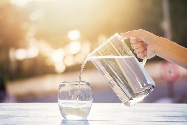 Uống nhiều nước để làm mềm da, ngăn chặn tình trạng khô da, nứt nẻ