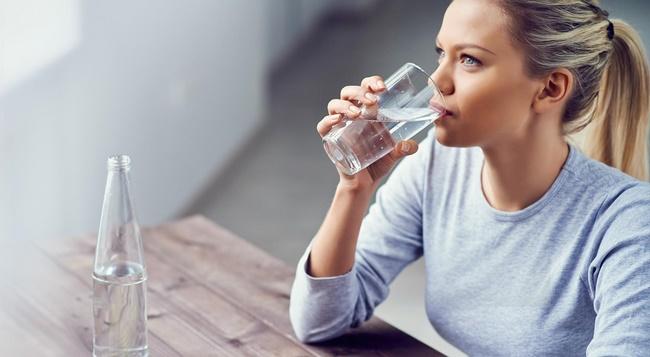 Uống nhiều nước mỗi ngày để quá trình giảm cân diễn ra nhanh chóng, an toàn