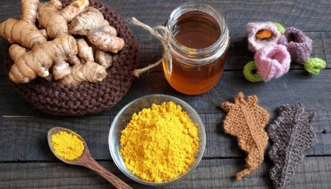 Uống tinh bột nghệ với mật ong ấm giảm cân