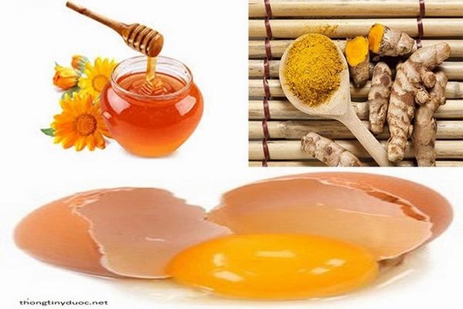 Hỗn hợp trứng gà kết hợp với mật ong và bột nghệ vàng