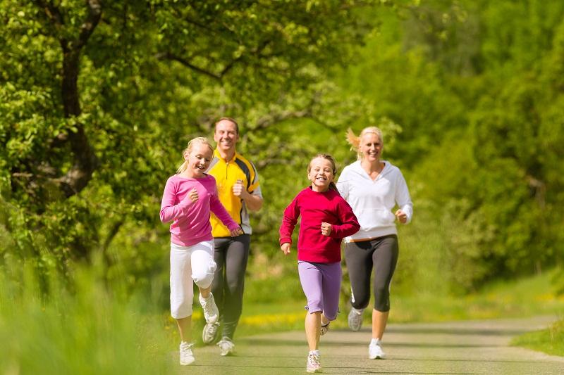 Cho trẻ đi bộ hoặc chạy bộ mỗi ngày cũng là cách hoàn hảo để cải thiện vóc dáng