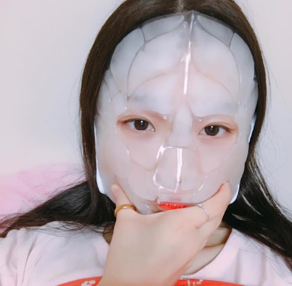 Đắp mặt nạ với đá lạnh để làm thon gọn mặt